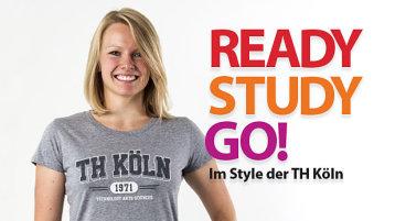 Blonde Frau im grauen T-Shirt mit Aufschrift TH Köln, daneben Schrifzug Ready Study Go im Style der TH Köln (Bild: Camousstortswear)