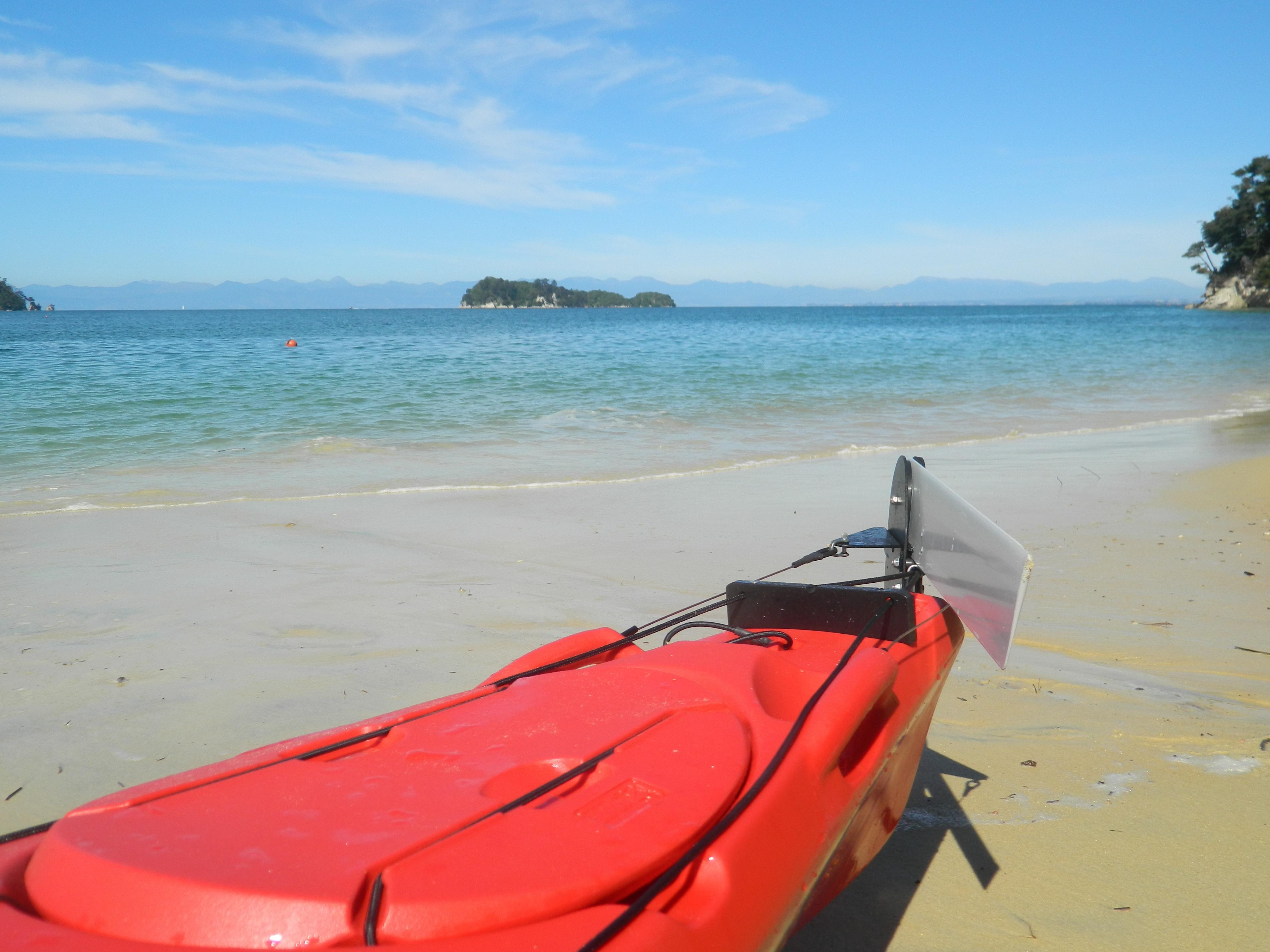 ein boot liegt am strand