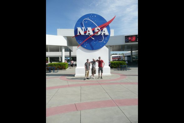 Vor dem Kennedy Space Center