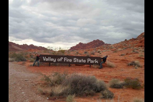 "Eingangsschidl ""Valley of Fire State Park"" in Wüstenlanschaft"
