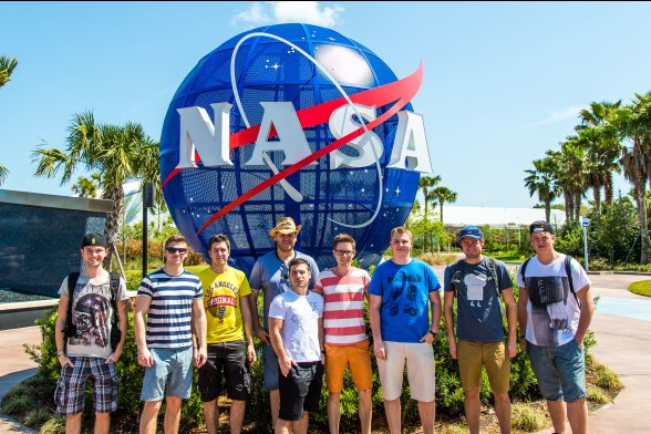 Exkursionsgruppe vor dem blauen NASA-Globus im Space Center, Cape Canaveral