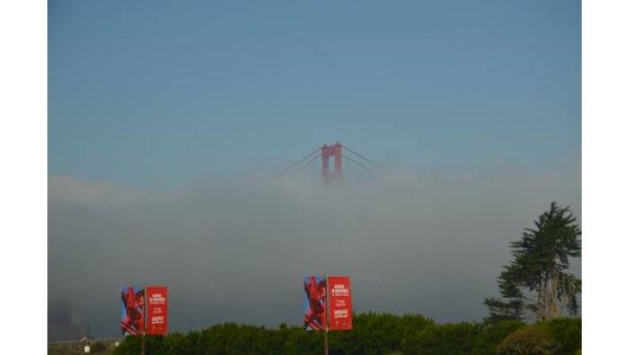 Eine wolkenverhangene Golden Gate Bridge