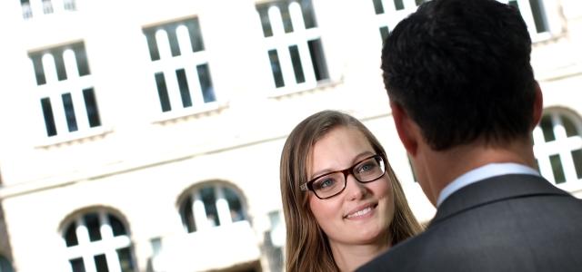 eine studentin im gesprch mit einem unternehmer im hintergrund das hauptgebude der fachhochschule kln - Fh Koln Bewerbung