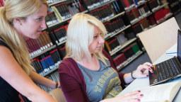 zwei studentinnen in der bibliothek image costa belibasakisfh kln - Universitat Koln Bewerbung