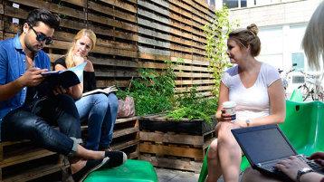 Studierende im Innenhof des Gebäudes Ubierring 40 (Bild: Thilo Schmülgen/TH Köln)
