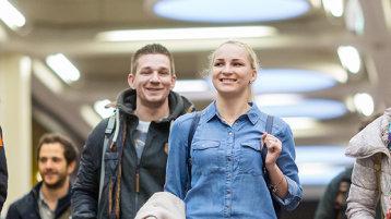 Junge Menschen im Foyer in Deutz (Bild: Thilo Schmülgen/TH Köln)