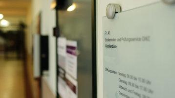 Türschild eines Studienbüros am Campus Südstadt  (Bild: Thilo Schmülgen/FH Köln)